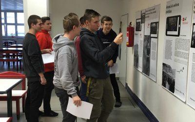Výstava Střípky revoluce vjídelně školy